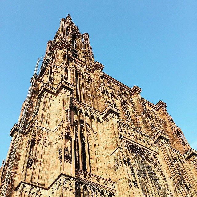 Mil años los contemplan desde Strasburgo.