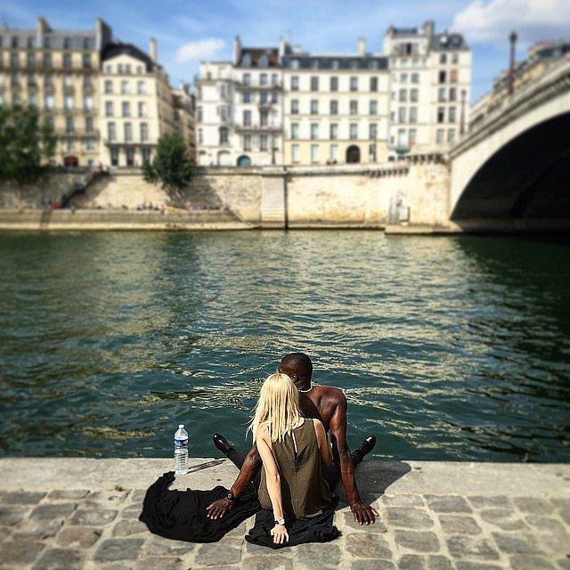 Pareja combinada a orillas del Sena. #parís
