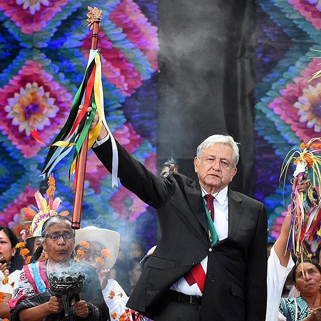 Andrés Manuel López Obrador con bastón de mando en el Zócalo. Jornada histórica. #amlopresidente